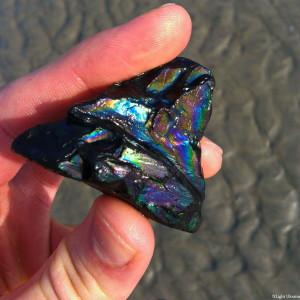Це що, вугілля на пляжі? А як переливається =)